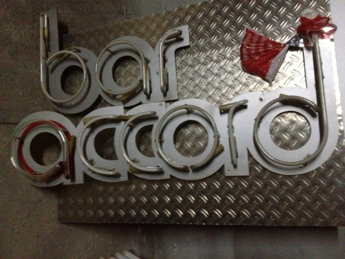 Обемни букви с неоново осветление, надпис bar accord