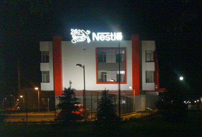 Обемни букви със светещи лица за Nestle