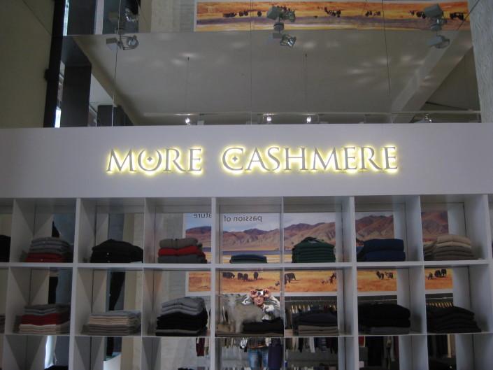 Обемни букви с контражурно осветление за магазин More Cashmere