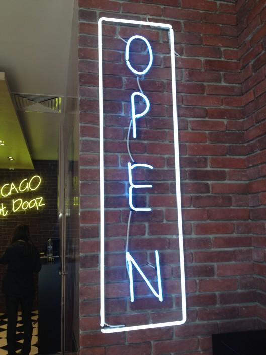 Обемни букви с неоново осветление, надпис OPEN