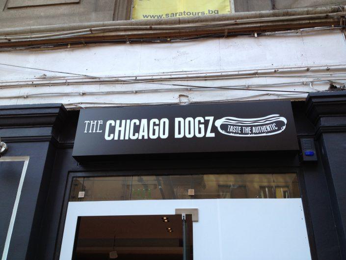 Светеща фасадна реклама от еталбонд, PVC и винил за CHICAGO DOGZ