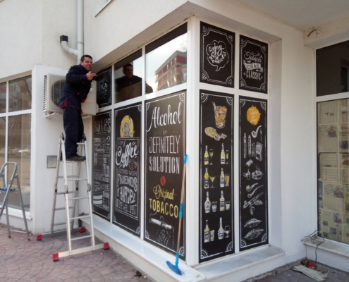 Облепване с PVC фолио на витрини на магазин за алкохол и цигари