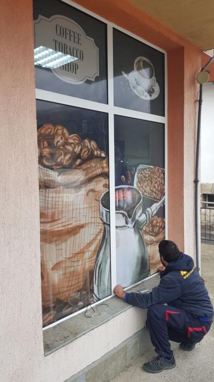 Облепване с перфофолио на витрини на магазин за кафе, алкохол, цигари и сладки изкушения